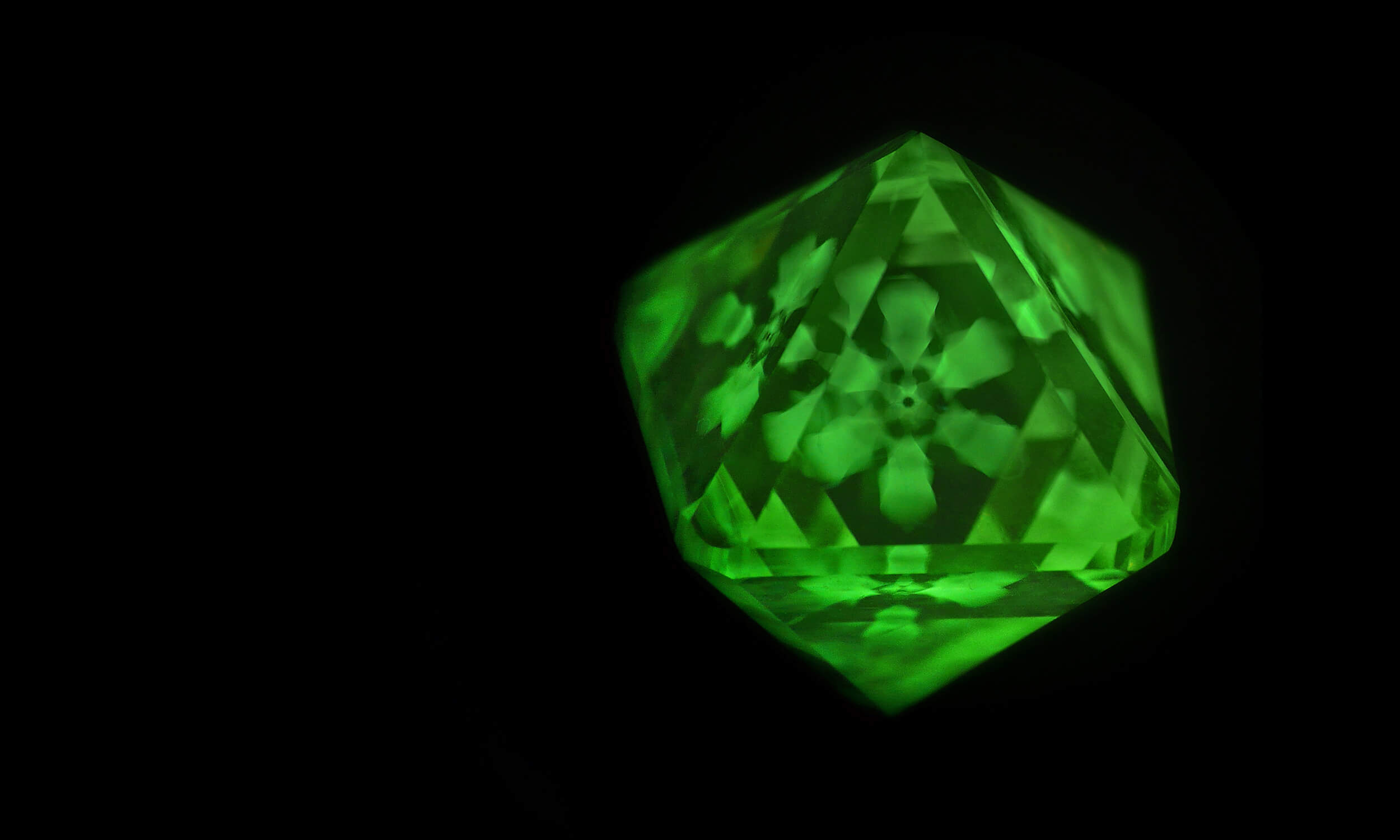 Asteriated luminescent structure in a rough diamond