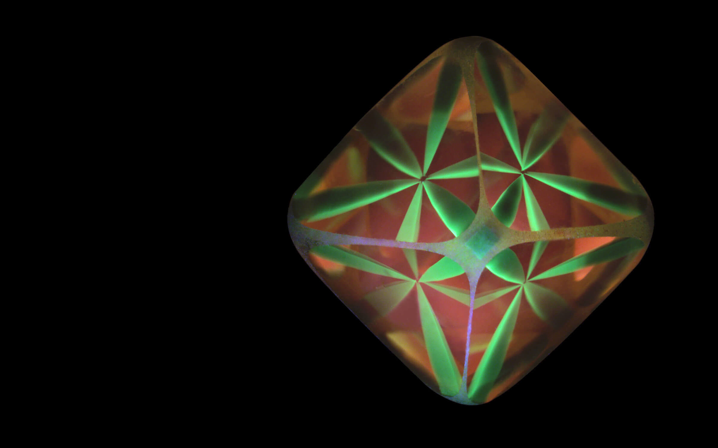 Bi-colour luminescent structure in a rough diamond